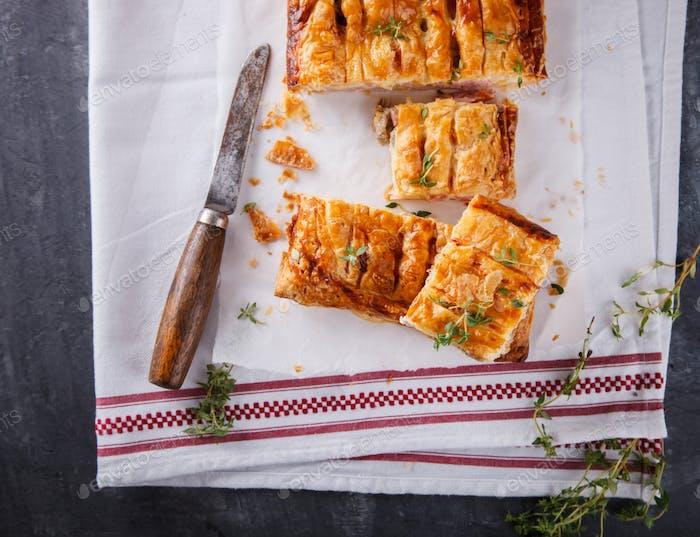 Kuchen aus Blätterteig mit herzhaften Füllung und Thymian
