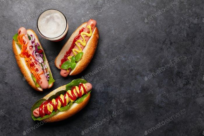 Verschiedene Hot Dog mit Gemüse, Salat und Gewürzen