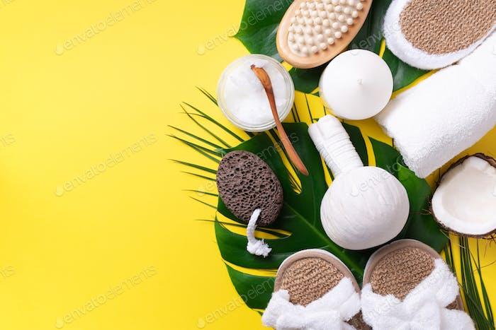 Hautpflege-, Beauty- und Wellnesskonzept mit Badekosmetikaccessoires auf gelbem Hintergrund. Flache Lag. Oben