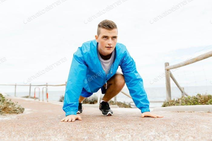Der Läufer macht sich bereit, das Rennen zu starten