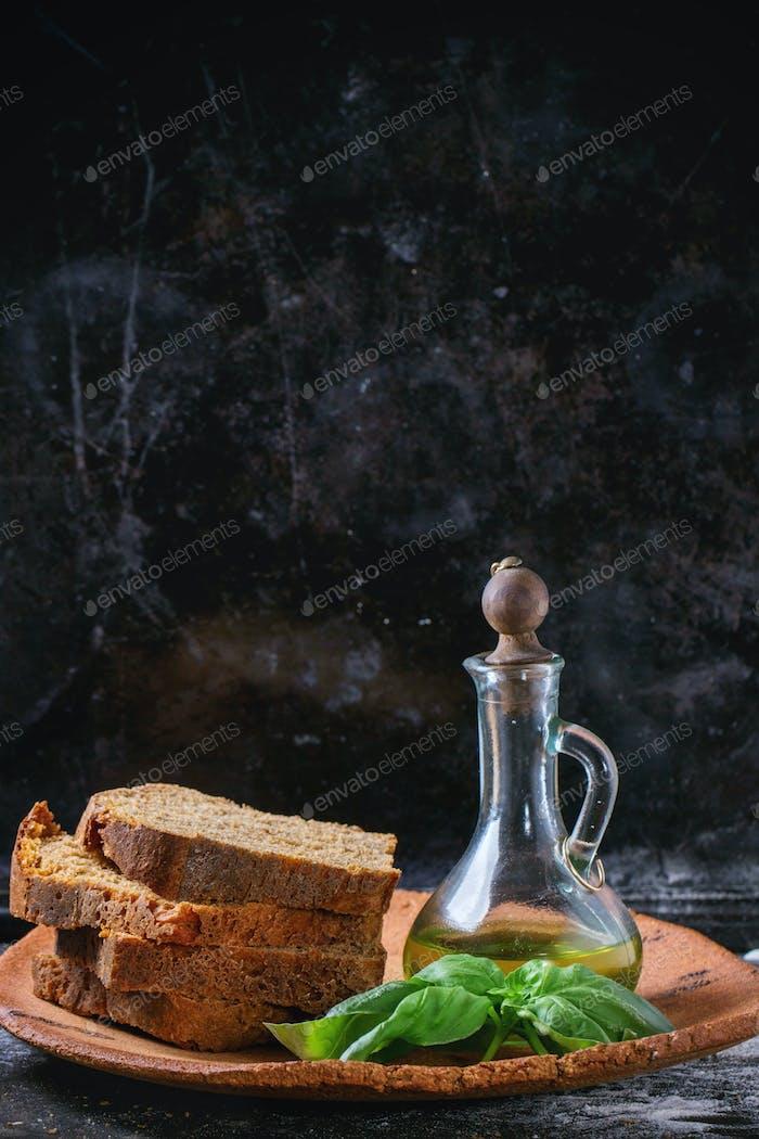 Sli?ed bread with olive oil