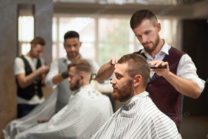 Вид сбоку процесса прически в парикмахерской