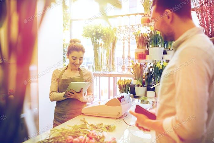 Blumenhändler Frau und Mann machen Bestellung im Blumenladen