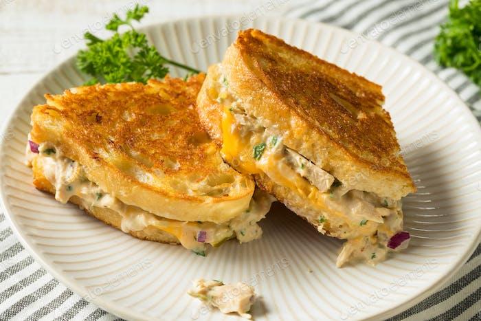 Hausgemachtes, geröstetes Thunfisch-Sandwich
