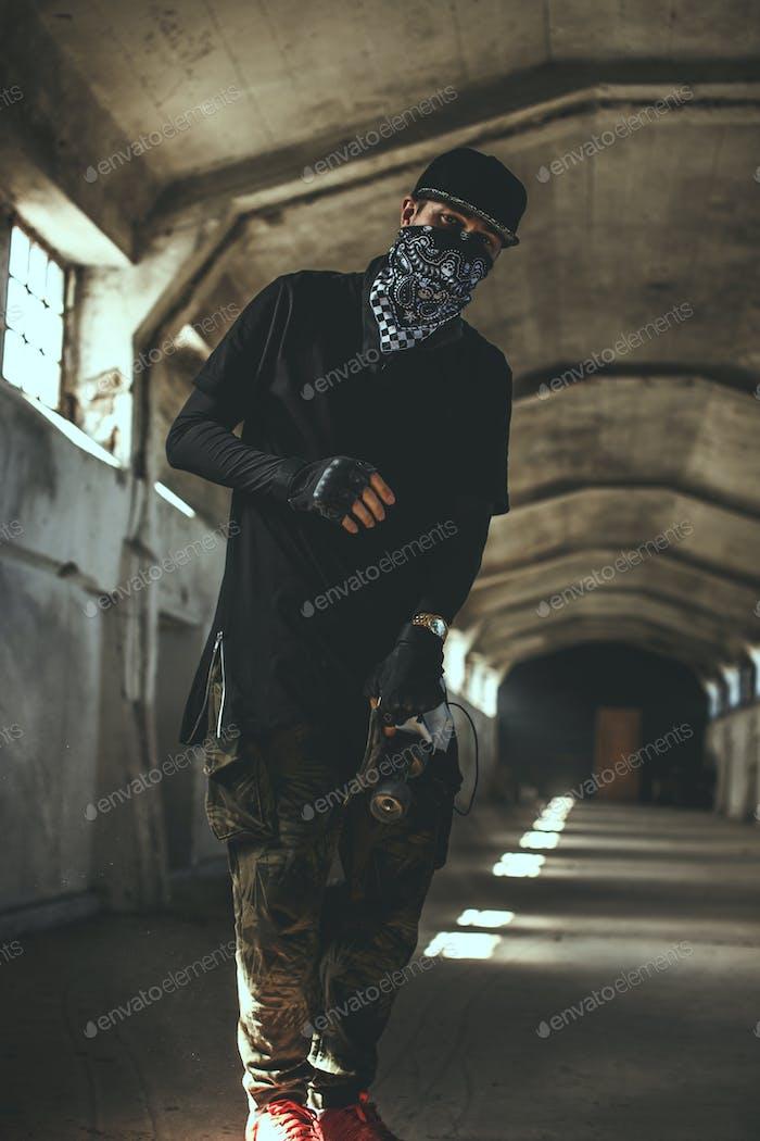 Парень в гангстерской одежде и маске для лица