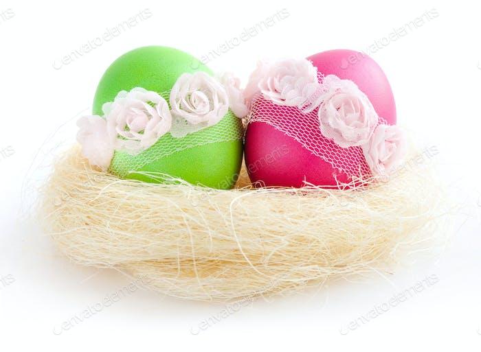 Ostereier in einem Nest auf weißem Hintergrund