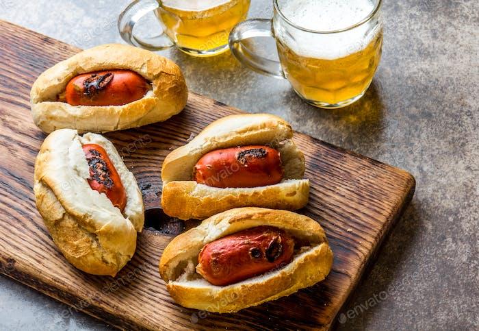 Choripan. Lateinamerikanische argentinische und chilenische Küche. Chorizo Würstchen Hot Dogs