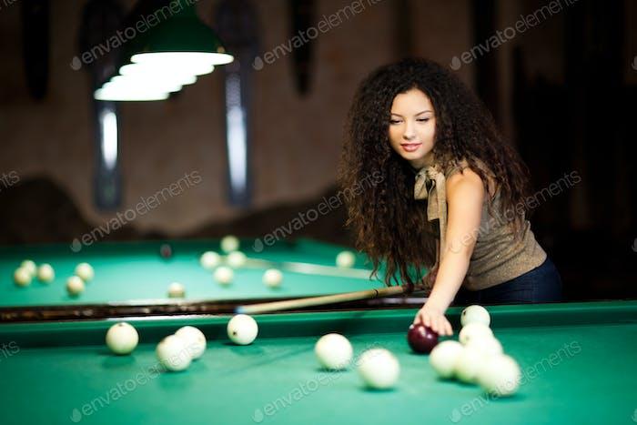 Schöne Mädchen spielen Billard