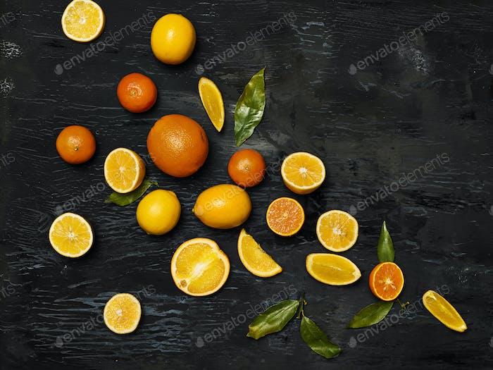 Die Gruppe frisches Obst vor schwarzem Hintergrund