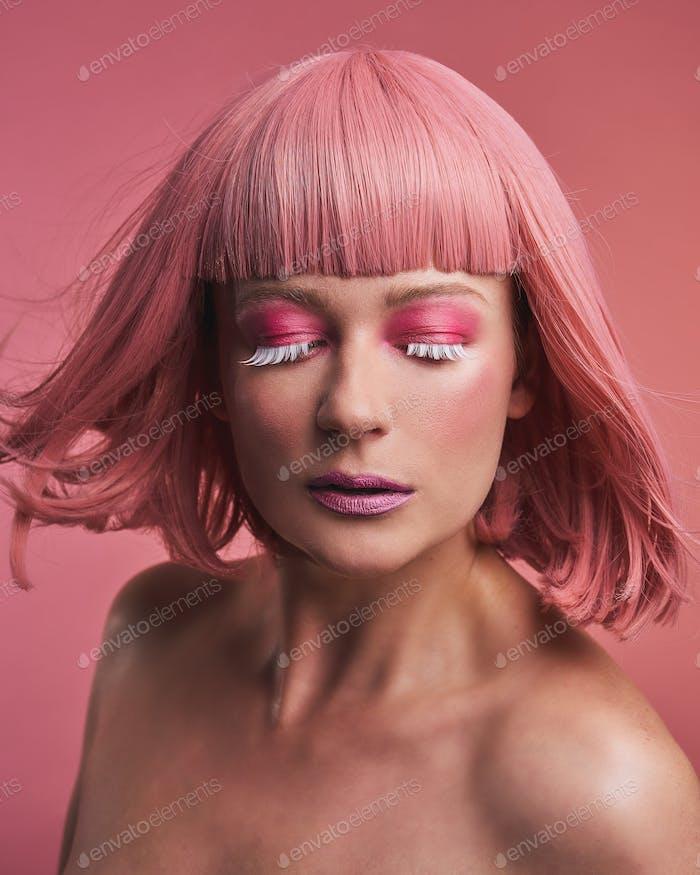 Mode-Modell Mädchen mit stilvollen gefärbten rosa Haar