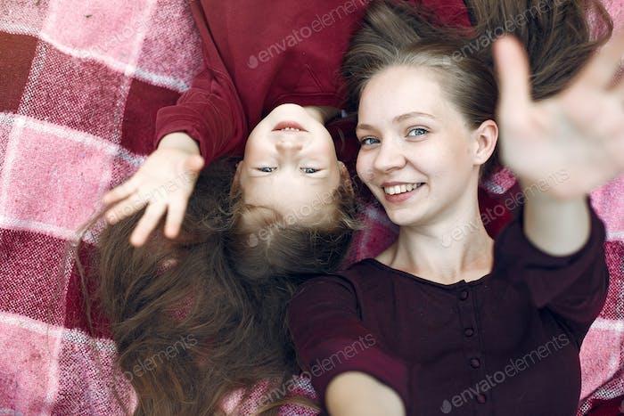 Mutter mit Tochter spielen in einem Sommerpark