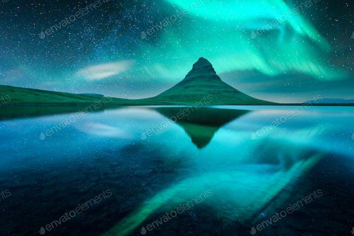 Aurora borealis Nordlichter über dem Kirkjufell-Berg