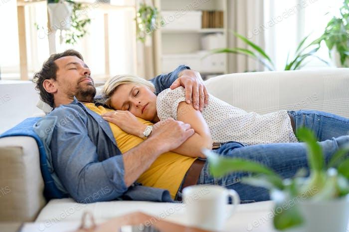 Glückliches Paar in der Liebe auf Sofa drinnen zu Hause, schlafen