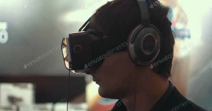 Hombre usando dispositivo de realidad aumentada para móviles