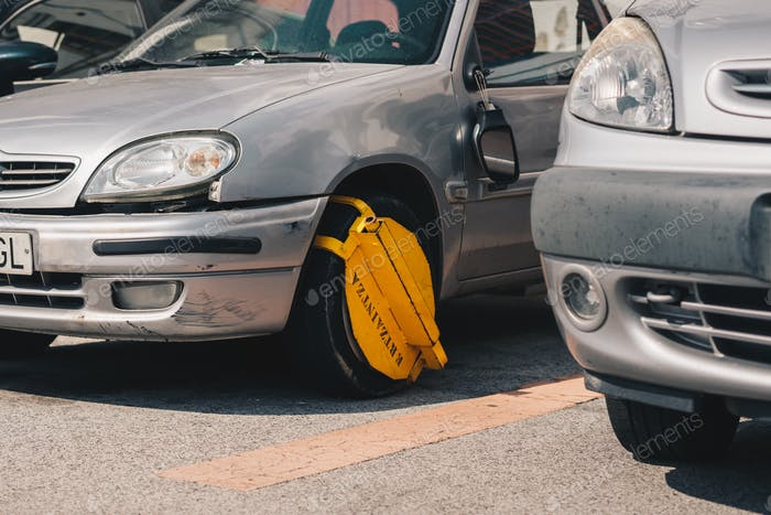 Klemme am Rad eines Autos