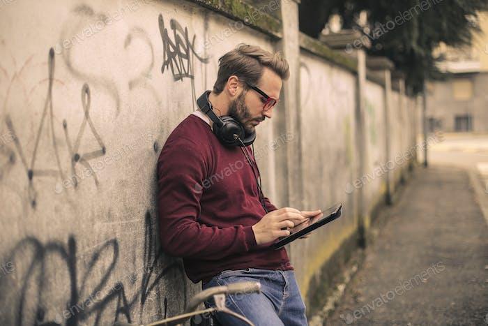 Mann mit Tablette
