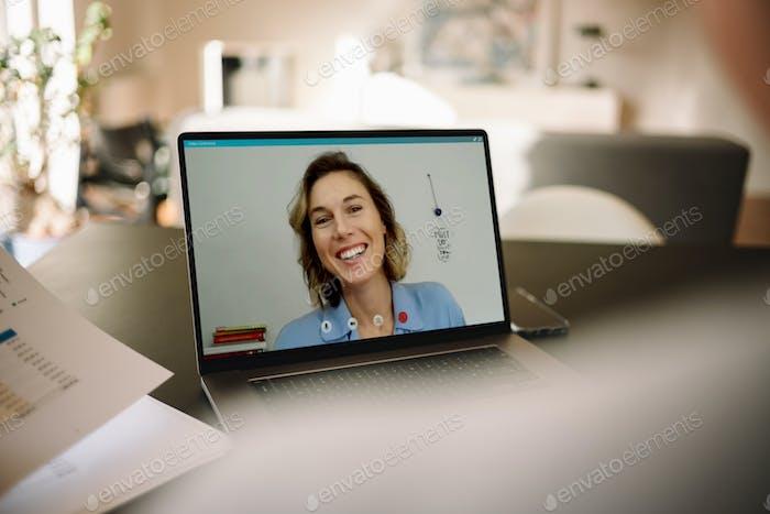 Geschäftsfrau auf einem Video anruf mit ihrem Kollegen