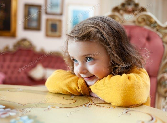 Mädchen Kleinkind in einem Wohnzimmer mit barocken Dekor.