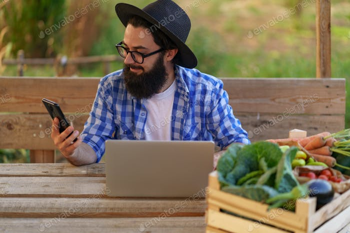 Agricultor que utiliza tecnologías para vender sus productos