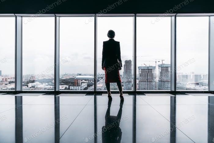 Una silueta de una mujer de negocios