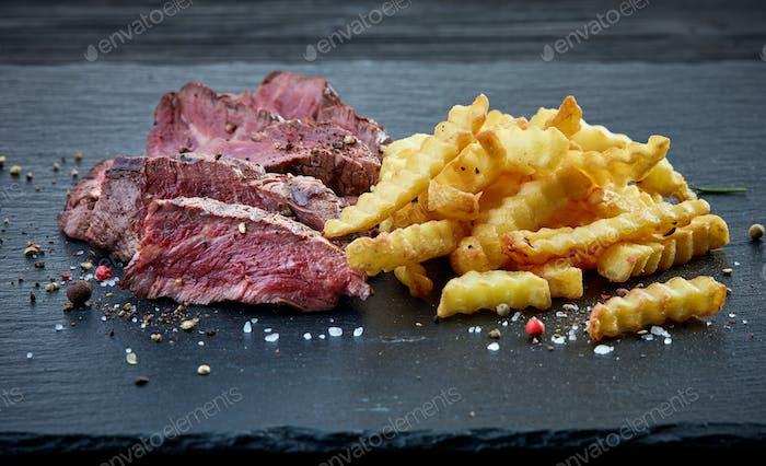 gegrilltes Rinderfilet Steak und Bratkartoffeln