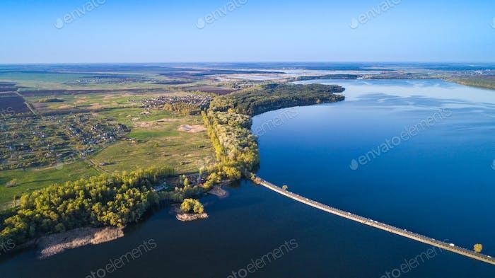 Fliegen über den Flussdamm. Luftkamera aufgenommen. Ukraine