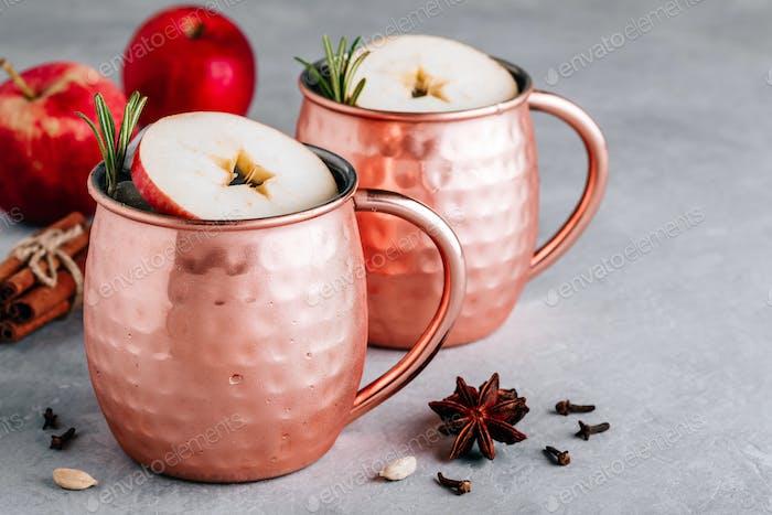 Apfelwein Moscow Mule Cocktail mit Zimtstange und Rosmarin in Kupfer