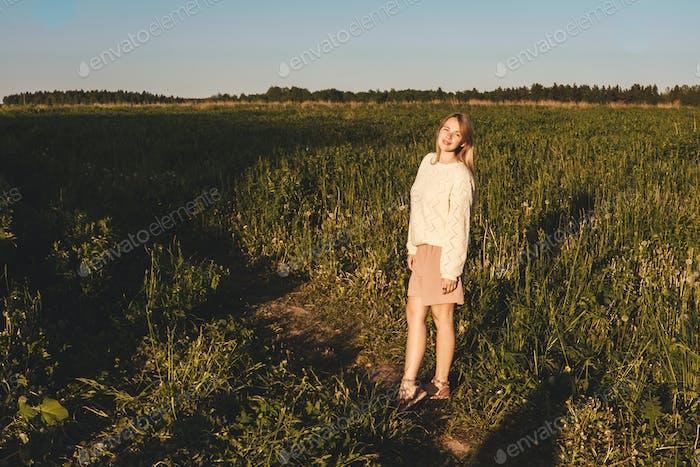 Disfrutar. Libre Mujer Feliz Disfrutando de la Naturaleza