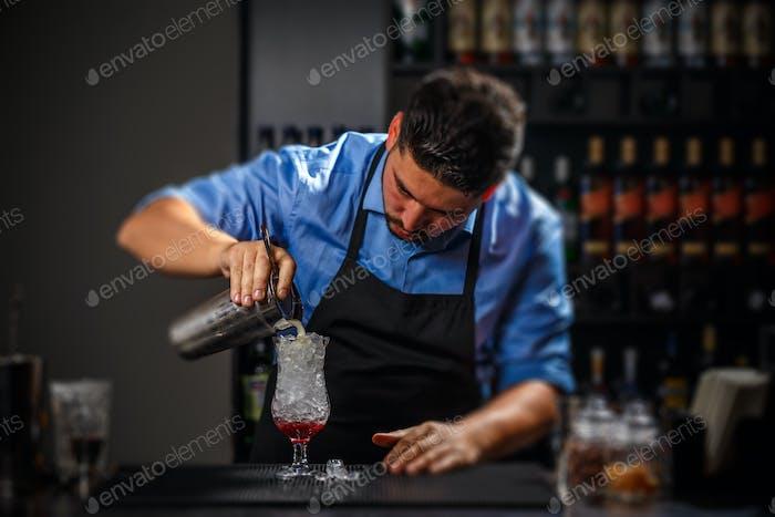 Бармен наливает свежий коктейль