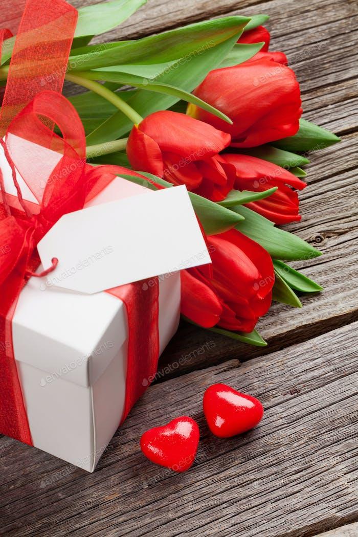 Valentinstag Geschenkbox und rote Tulpen