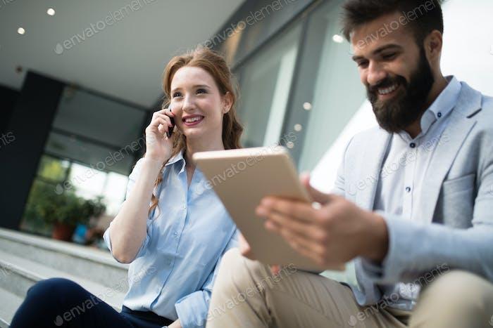 Lächelnd business mann und frau chatten outdoor