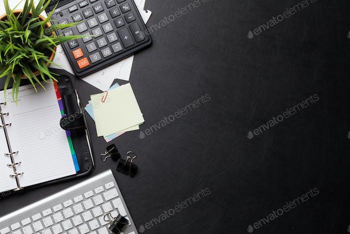 Büro-Arbeitstisch mit Zubehör und PC