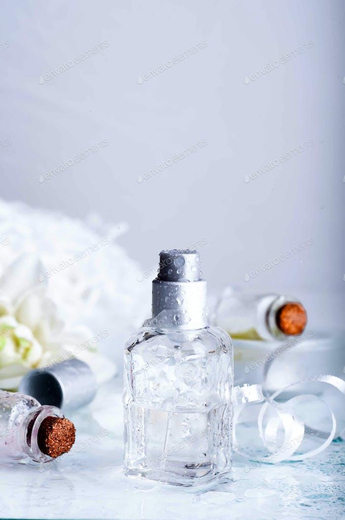 Parfümflaschen mit Wasser Hintergrundgraund