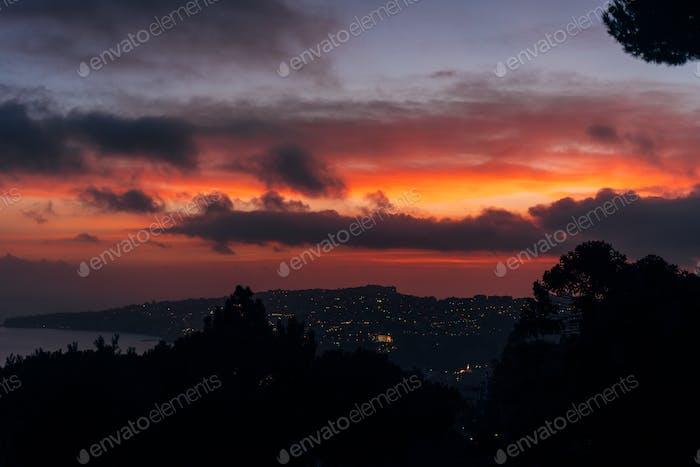 Stadt in der Dämmerung Foto vom Berg