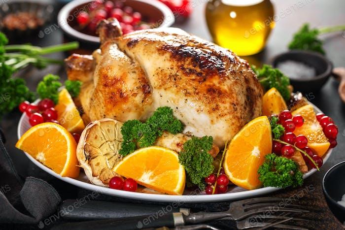 Ganz gebackenes Huhn mit Gemüse