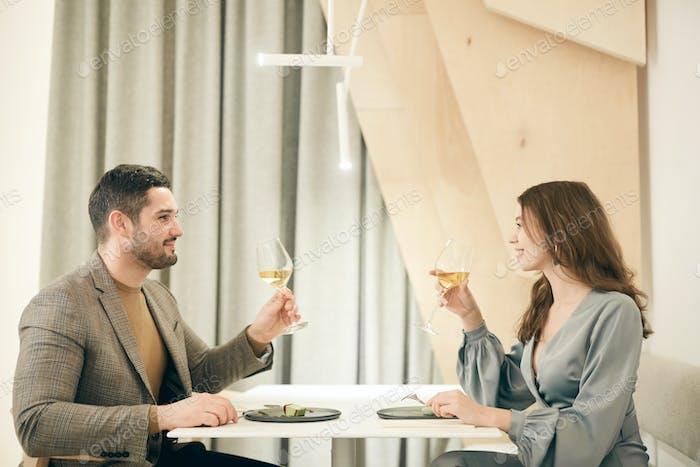 Fecha romántica en la vista lateral del restaurante