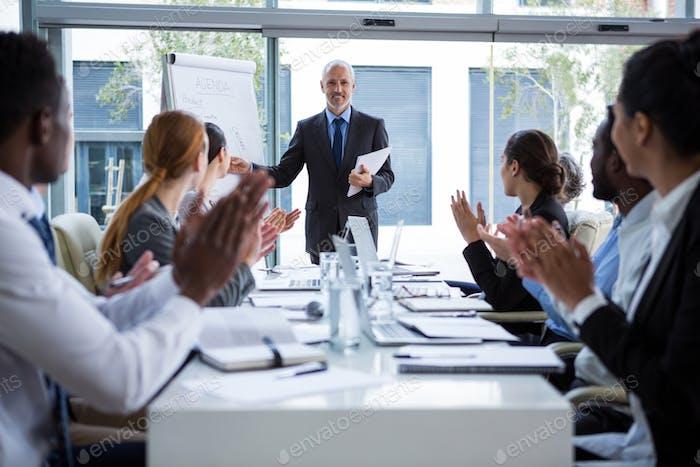 Geschäftsleute applaudieren bei ihren Kollegen Präsentation
