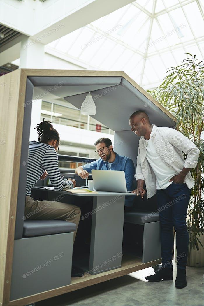 Lachende Geschäftsleute treffen sich zusammen in einem Büro Treffen pod