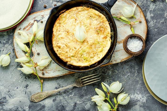 Omelett mit essbaren Blumen