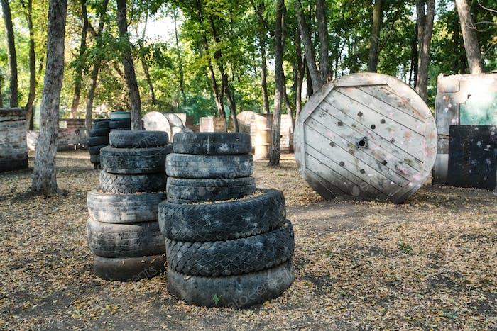 Basis für Paintball-Spiele mit Reifen im Rahmen