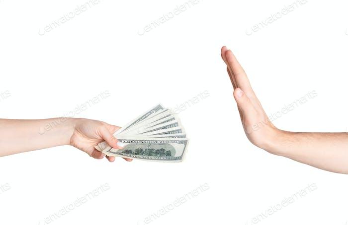 Stoppen Sie die Korruption. Mann verweigert Geld von weiblicher Hand gegeben, isoliert auf weiß