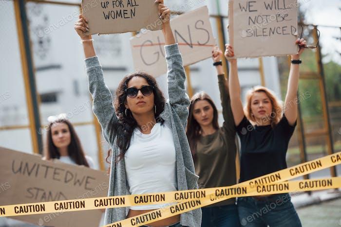 Democracia en los países europeos. Grupo de mujeres feministas protestan por sus derechos al aire libre