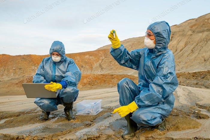 Junge Ökologen untersuchen Eigenschaften von toxischem Wasser in verschmutzten Bereichen