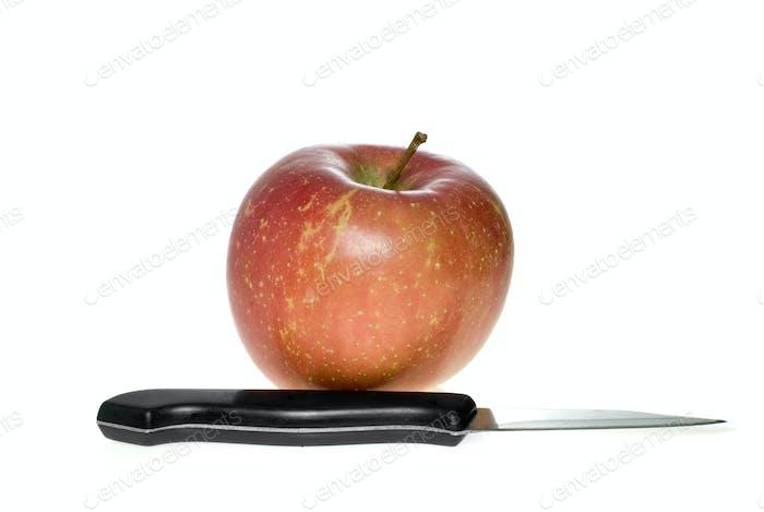 Manzana roja y cuchillo de acero pequeño