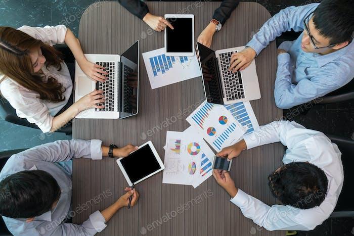 Вид сверху группы деловых людей на встречу в современном офисе