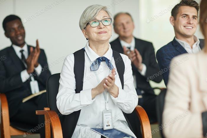Gruppe von Geschäftsleuten applaudiert