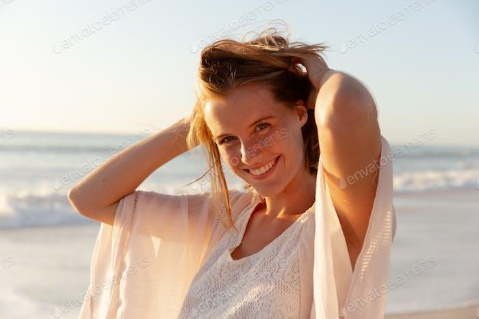 Retrato de hermosa mujer sonriendo en la playa