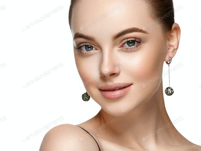Schöne Frau Gesicht mit Make-up und Schönheit gesunde Haut und Haar Porträt