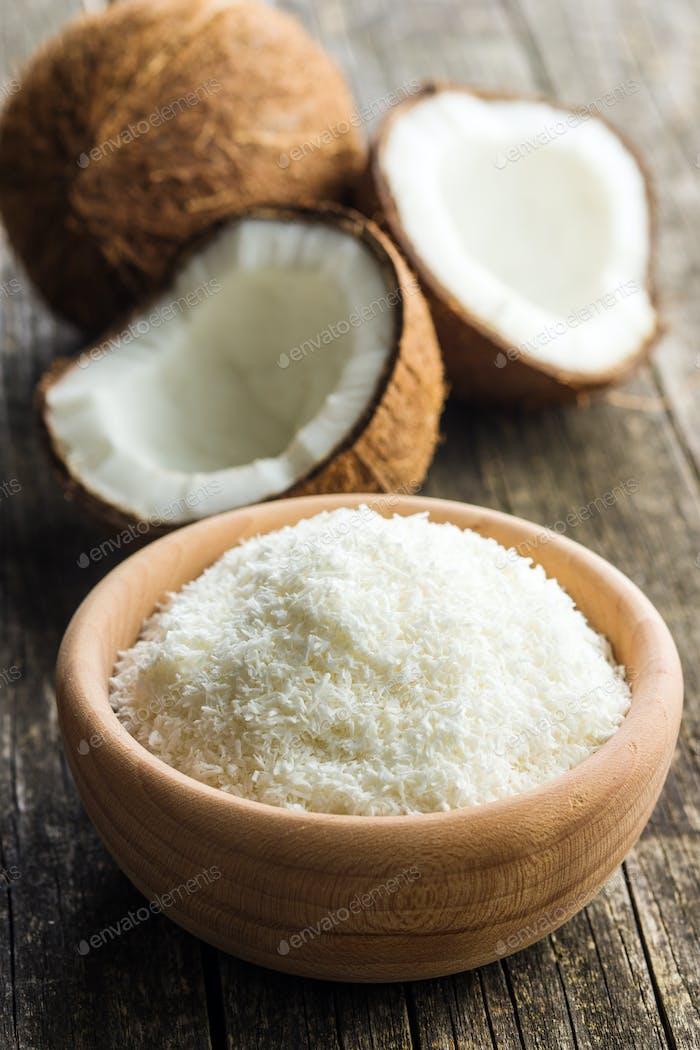 Kokosnüsse mit Kokosnussflocken.