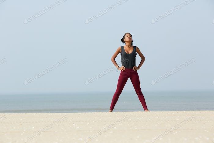 Afrikanische Frau tut Yoga Atemübung
